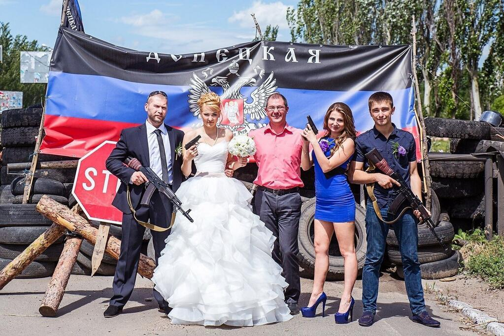 S Gun Wedding   Recent Wedding Photograph In Donetsk Complete With Weapons